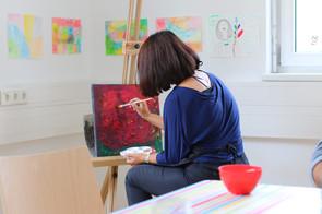 Junge Frau beim Malen im Atelier im CORE Zentrum