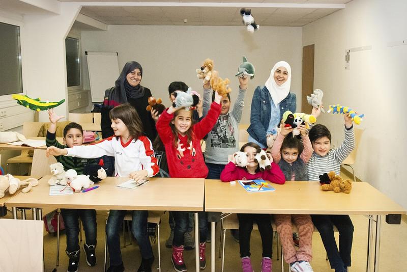 الأطفال في الصف مع المعلمين