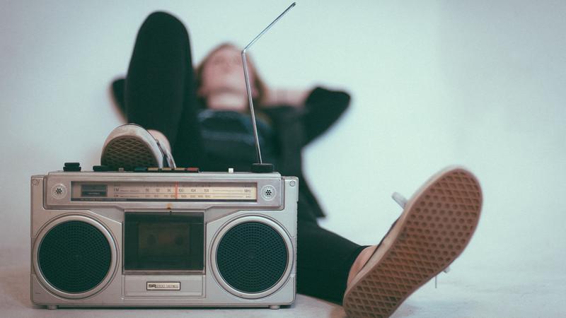 Radiogerät und Zuhörer