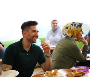 Junger Mann und zwei Damen bei einer Veranstaltung im CORE Zentrum