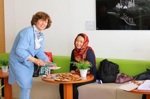 Dame serviert Falafel bei einer Veranstaltung