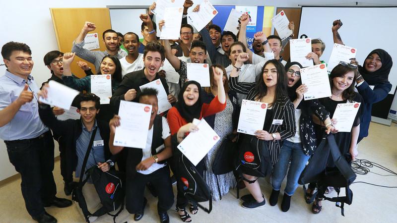 Gruppe Jugendlicher mit Zertifikaten