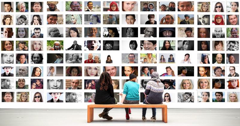 أشخاص أمام معرض للصور