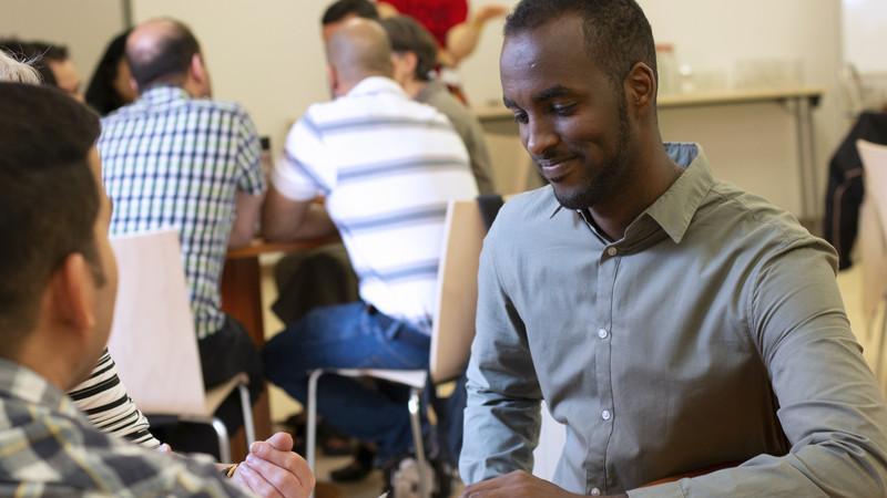 Menschen beim gemeinsamen Lernen