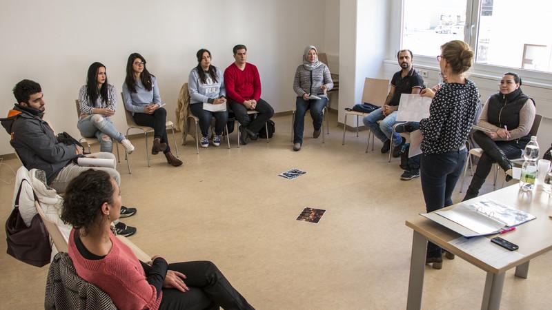 Eine Gruppe in einem Sitzkreis im CORE Zentrum