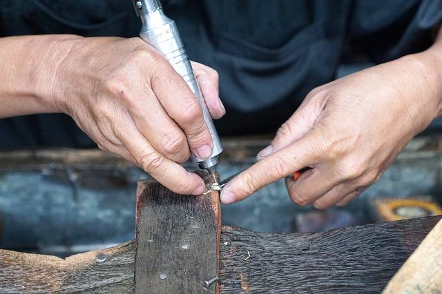 امرأة تقوم ببعض الأعمال اليدوية